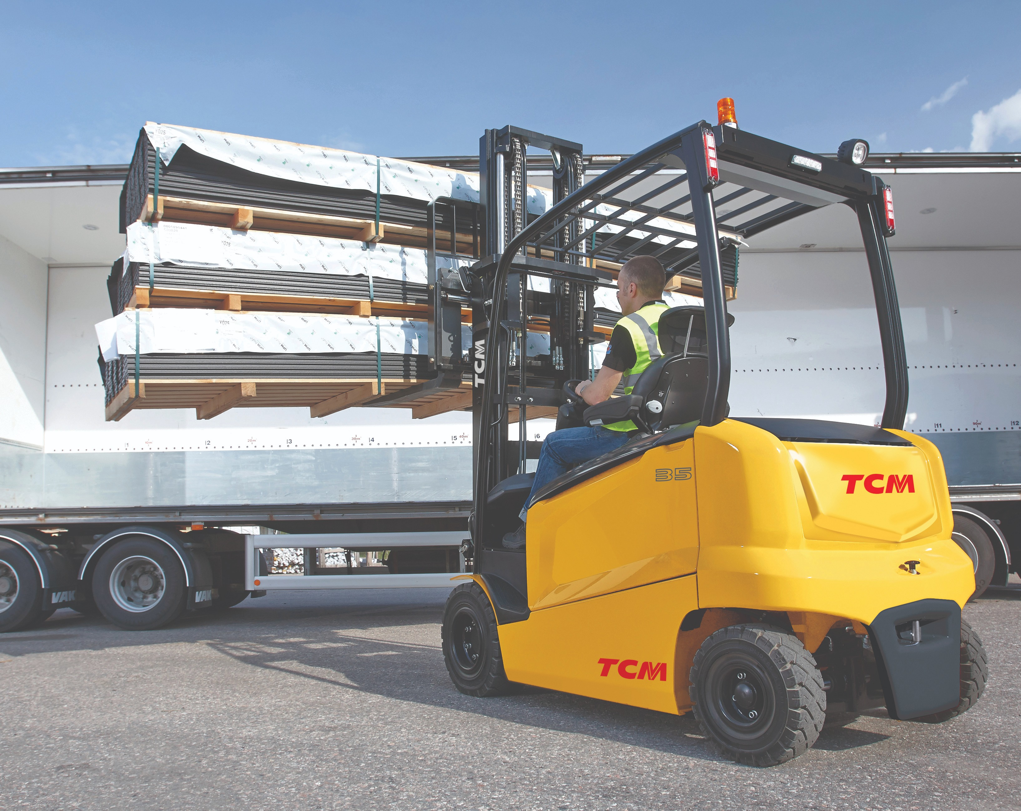 TCM FHB F1 truck loading wagon rear LHS